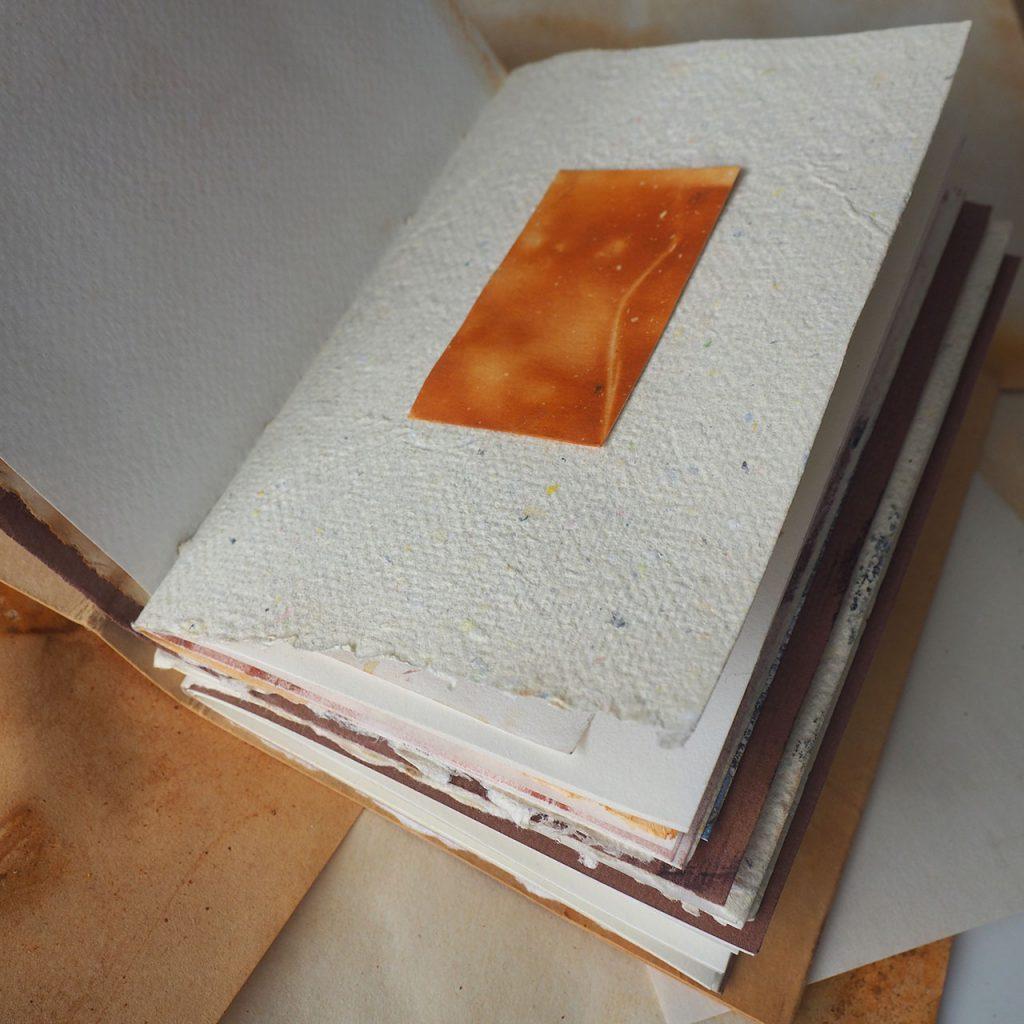 Rostig und Bündel Buchbinden ©muellerinart Sommerpost 2021